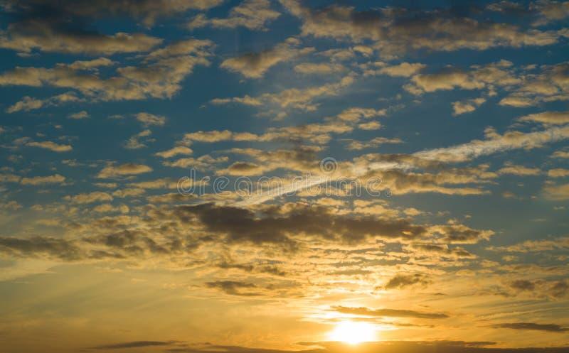 Piękny złoty zmierzch, słońce nad horyzontem obraz stock