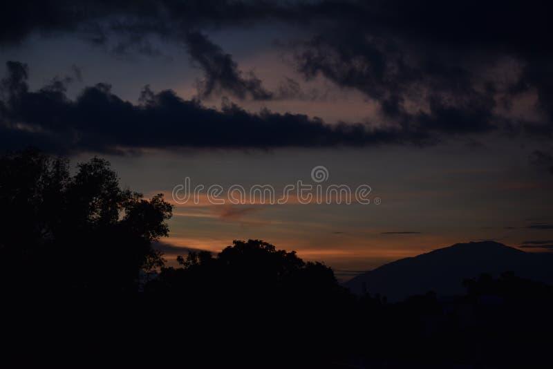 Piękny zachód słońca między chmurami zdjęcie royalty free