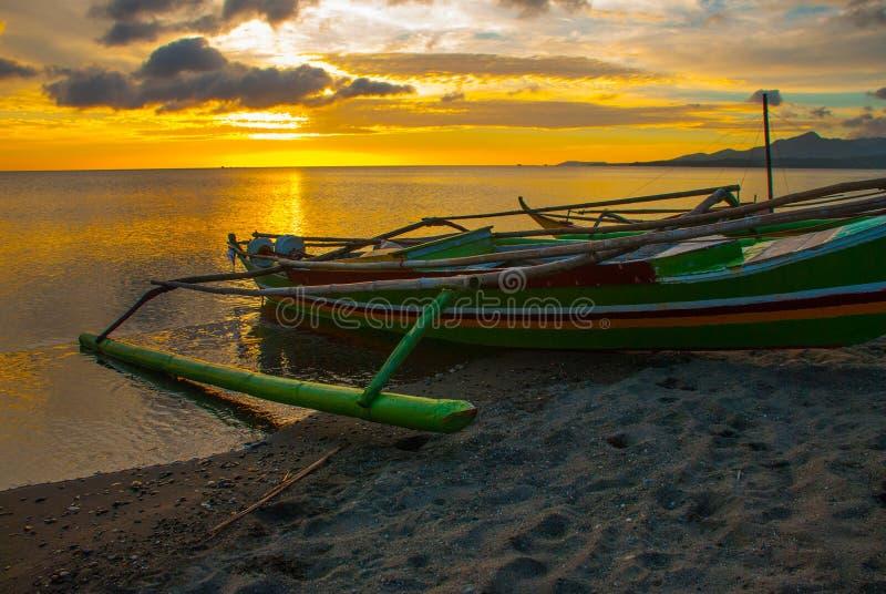 piękny zachód słońca na plaży Lokalne łodzie stoi na brzeg Pandan, Panay, Filipiny fotografia stock