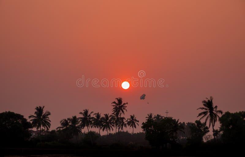 piękny zachód słońca na plaży Widok przez drzewek palmowych na th zdjęcia stock