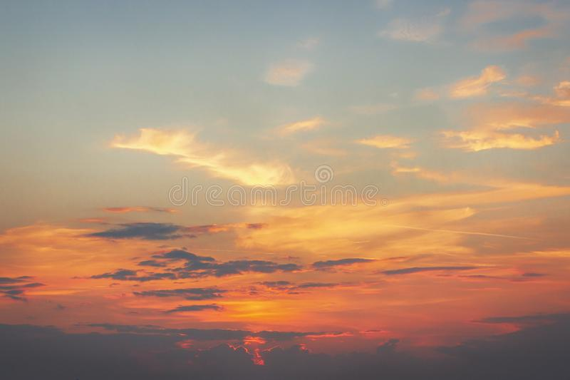 piękny zachód słońca Pomarańczowy niebo z szarymi chmurami obraz stock