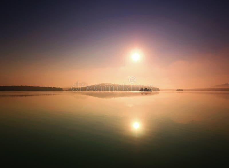 piękny zachód słońca Romantyczny zmierzch na jeziorze obrazy royalty free