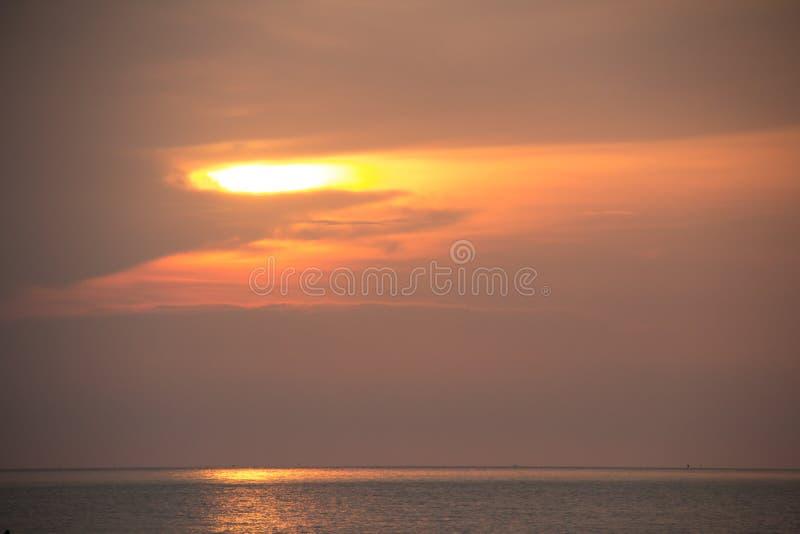 piękny zachód słońca w tle obraz royalty free