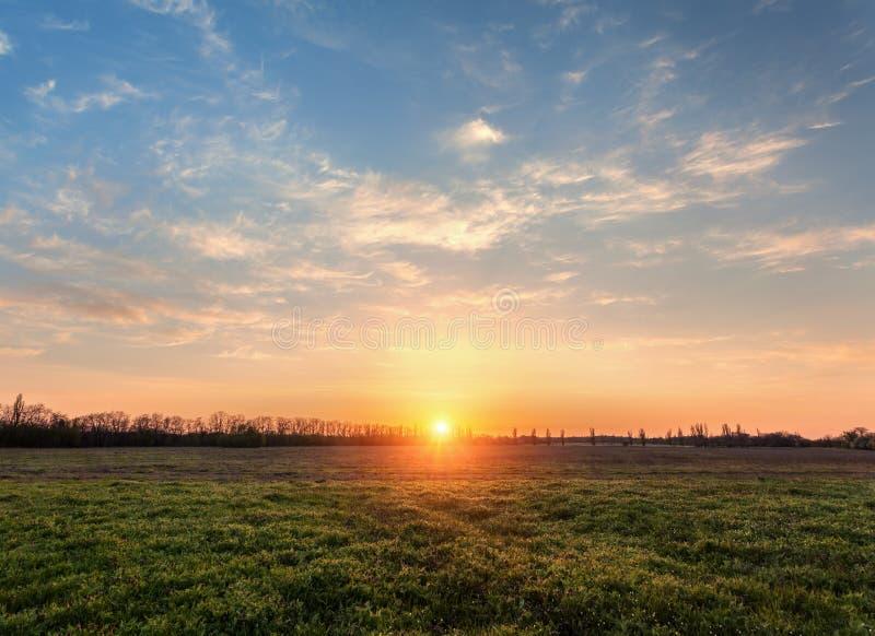 piękny zachód słońca Wiosna krajobraz z śladem, drzewami, niebem i cl, obrazy royalty free