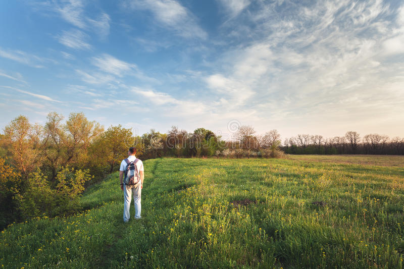 piękny zachód słońca Wiosna krajobraz z mężczyzna na polu obrazy stock