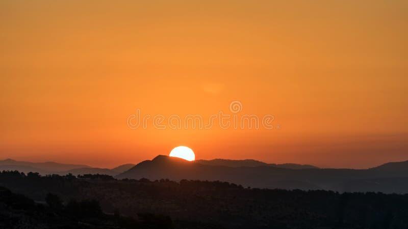 Piękny zachód słońca za górami Cypru obraz royalty free