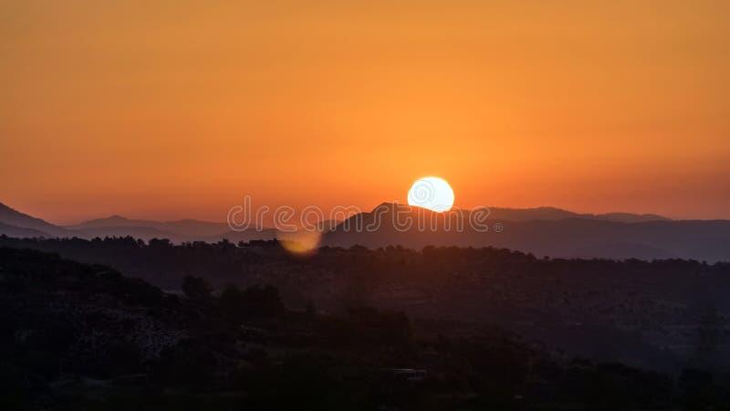 Piękny zachód słońca za górami Cypru zdjęcia royalty free
