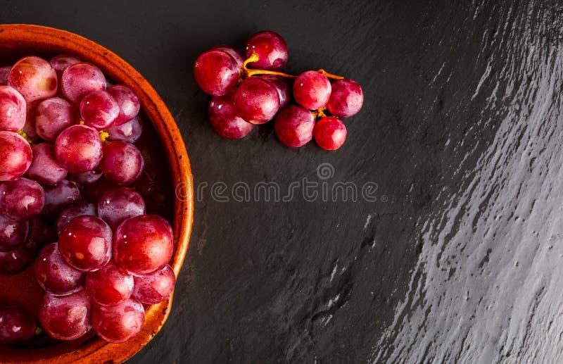 Piękny zakończenie grono czerwonych winogron atramenty na stole fotografia royalty free