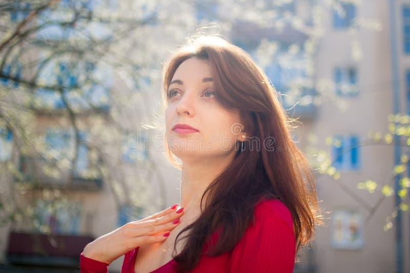 Piękny zakończenie w górę portreta młoda brunetki kobieta z wiatrowym podmuchowym włosy na budynku miastowym tle obraz stock