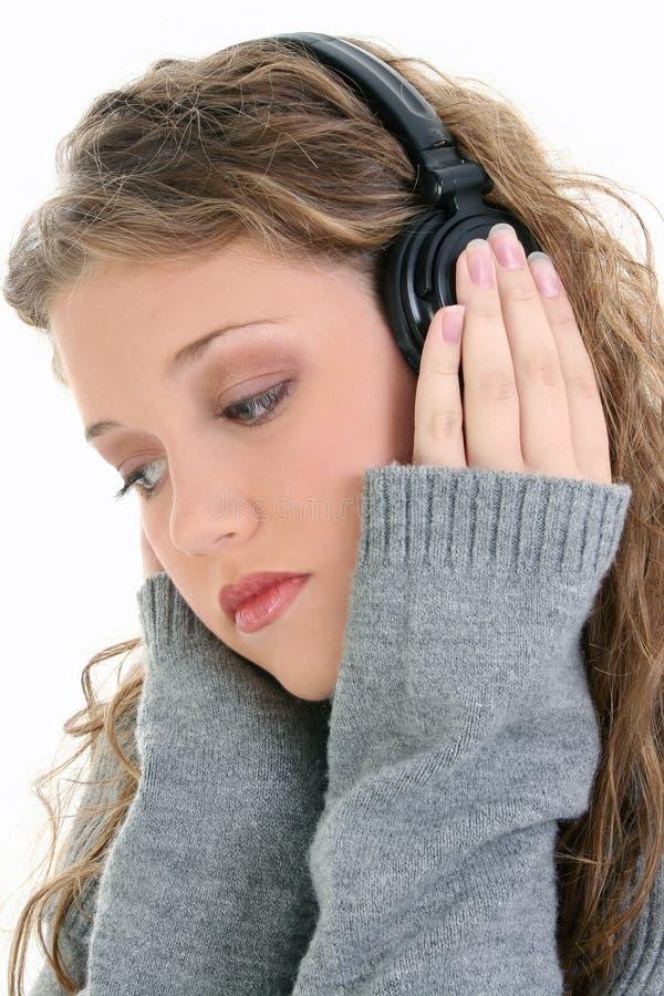 piękny zamkniętej dziewczyny hełmofonów nastolatek się słuchać zdjęcie royalty free