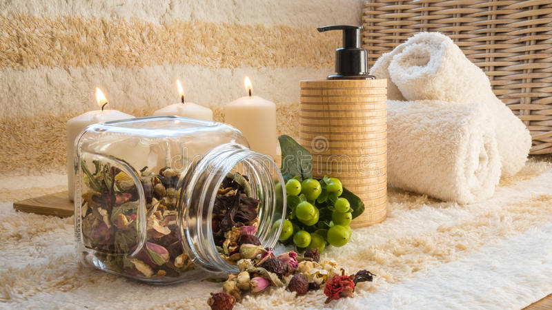Piękny zdroju położenie z świeczkami, ręcznikami i ziele, zdjęcia stock