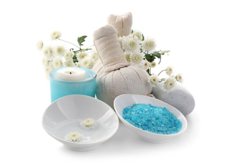 Piękny zdroju skład z morze solą i ziołowymi torbami na białym tle fotografia royalty free