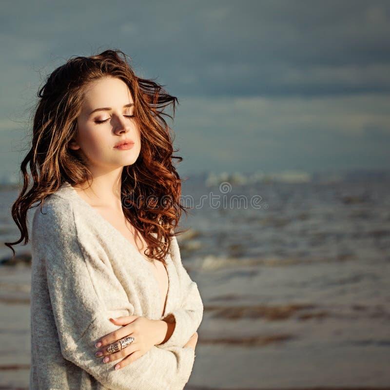 Piękny Zdrowy kobiety mody modela Odpoczywać fotografia stock