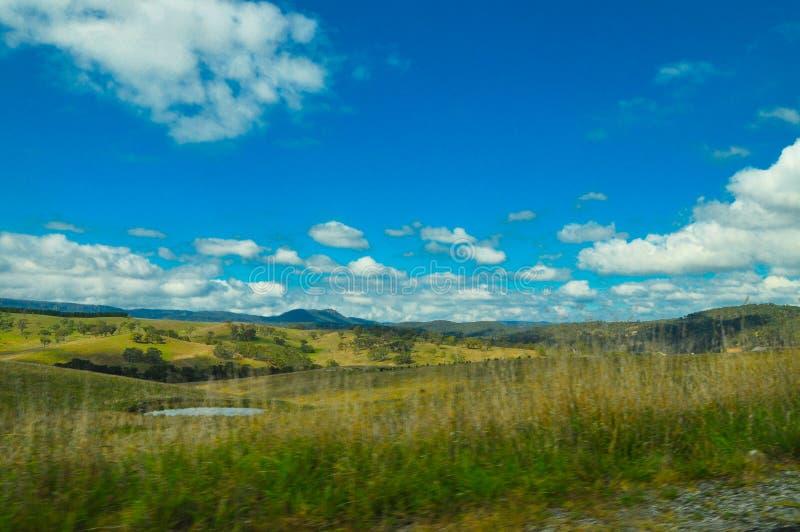 Piękny zielonego wzgórza widok Australia wieś z chmurnym niebem obraz stock