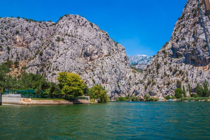 Piękny zielony jar rzeka Cetina z skałami, kamieniami i odbiciem w wodzie, lato krajobraz, Omis obraz royalty free
