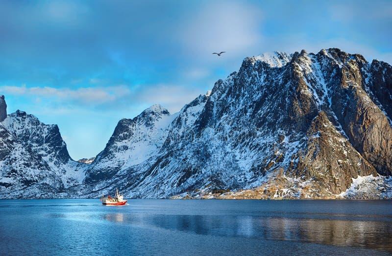 Piękny zima krajobraz malownicze góry z łodzią rybacką w Lofoten wyspach zdjęcia royalty free