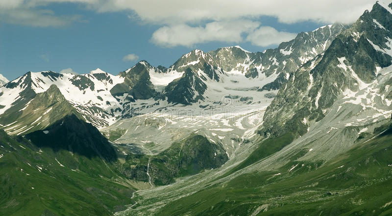 Piękny zima krajobraz z śniegi zakrywającymi drzewami zdjęcia stock