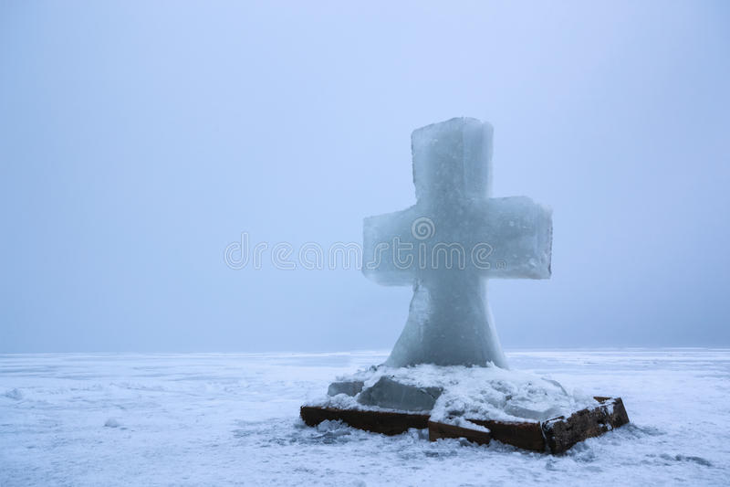 Piękny zima krajobraz z lodu krzyżem na zamarzniętej rzece na mgłowym ranku II fotografia stock