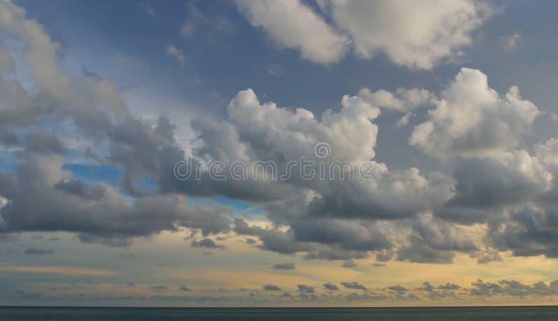 Piękny zmierzch i dramatyczny niebo na morzu w Langkawi, Malezja Bungalowy na oceanie spokojnym zdjęcie royalty free