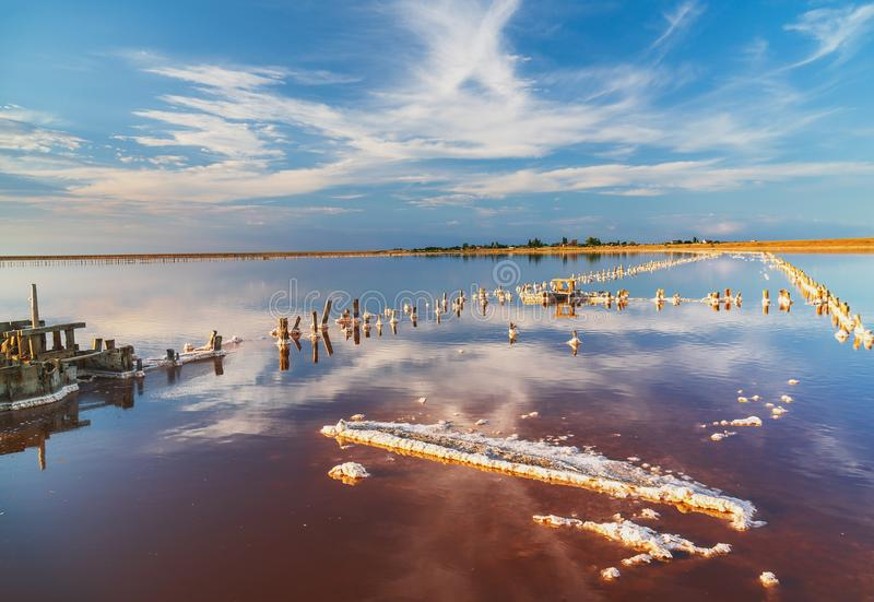 Piękny zmierzch lub wschód słońca nad słonym jeziorem, Drewniany konopie w nagromadzeniu sól po osuszki jezioro fotografia stock