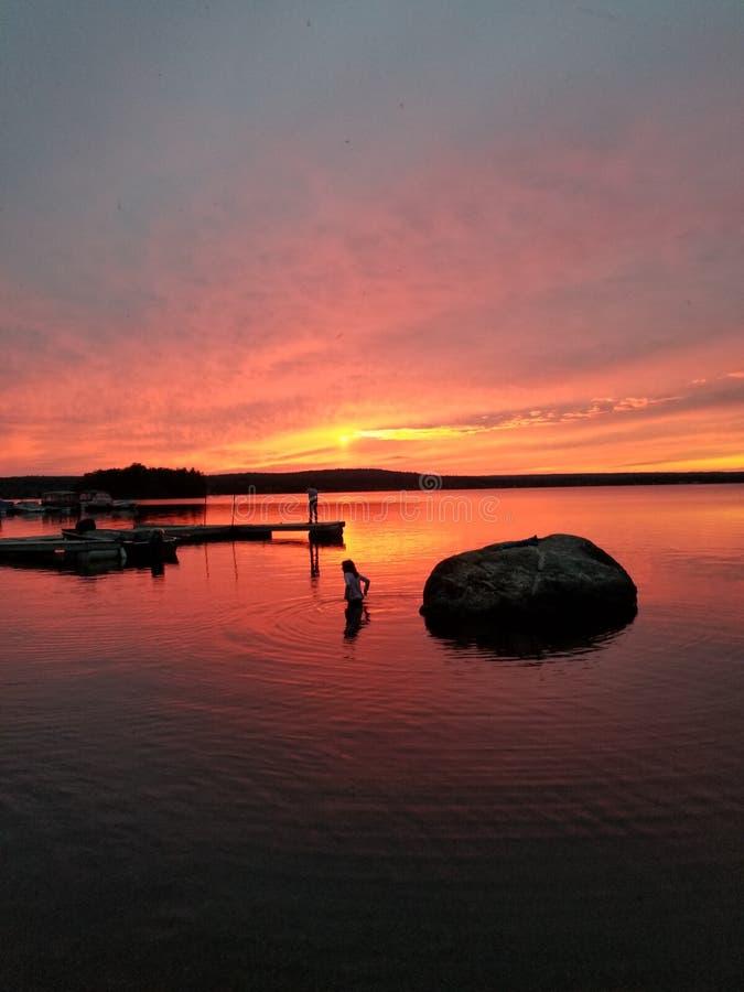 Piękny zmierzch na kanadyjskim jeziornym kawalera Coucher De Soleil sura un lac au Kanada zdjęcie stock