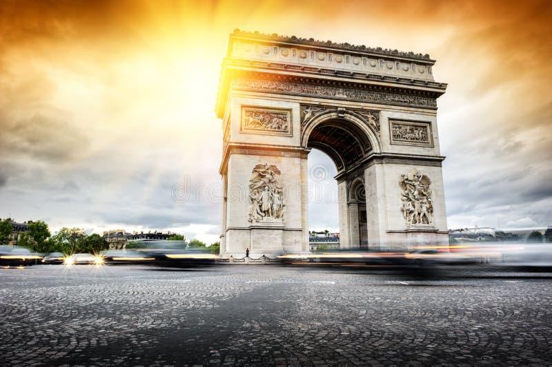 Piękny zmierzch nad Łukiem De Triomphe, Paryż obrazy royalty free