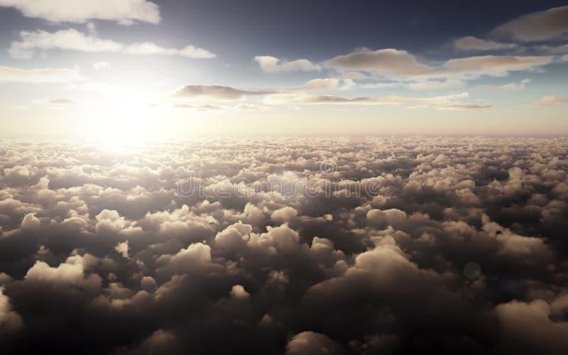Pi?kny zmierzch nad chmury przeciw niebieskiemu niebu zdjęcie stock