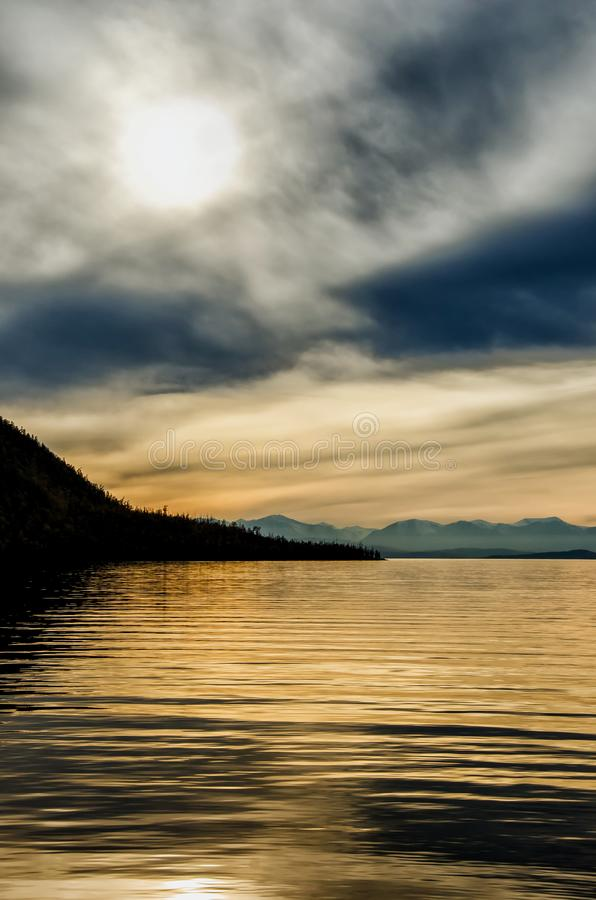 Piękny zmierzch nad góra i morze obraz royalty free