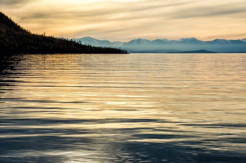Piękny zmierzch nad góra i morze zdjęcie stock