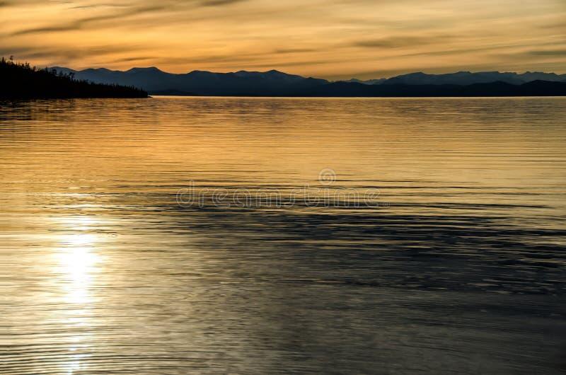 Piękny zmierzch nad góra i morze zdjęcie royalty free