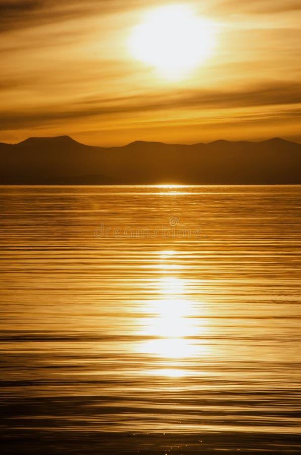 Piękny zmierzch nad góra i morze zdjęcia royalty free