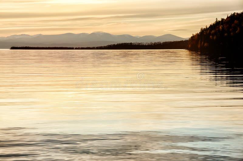 Piękny zmierzch nad góra i morze zdjęcia stock