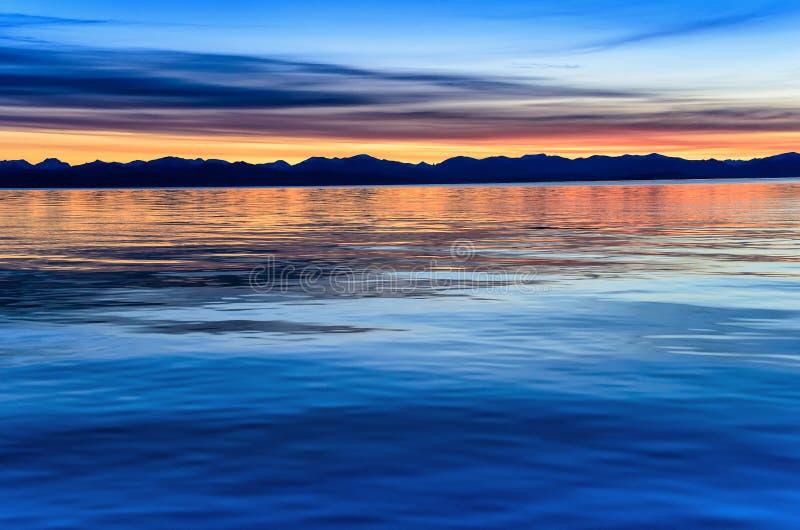 Piękny zmierzch nad góra i morze fotografia stock
