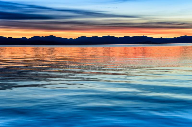 Piękny zmierzch nad góra i morze fotografia royalty free