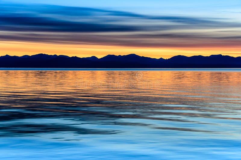 Piękny zmierzch nad góra i morze obraz stock