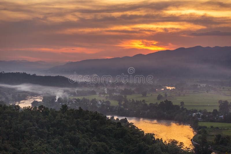 Piękny zmierzch nad Hsipaw doliną od zmierzchu wzgórza zdjęcie stock