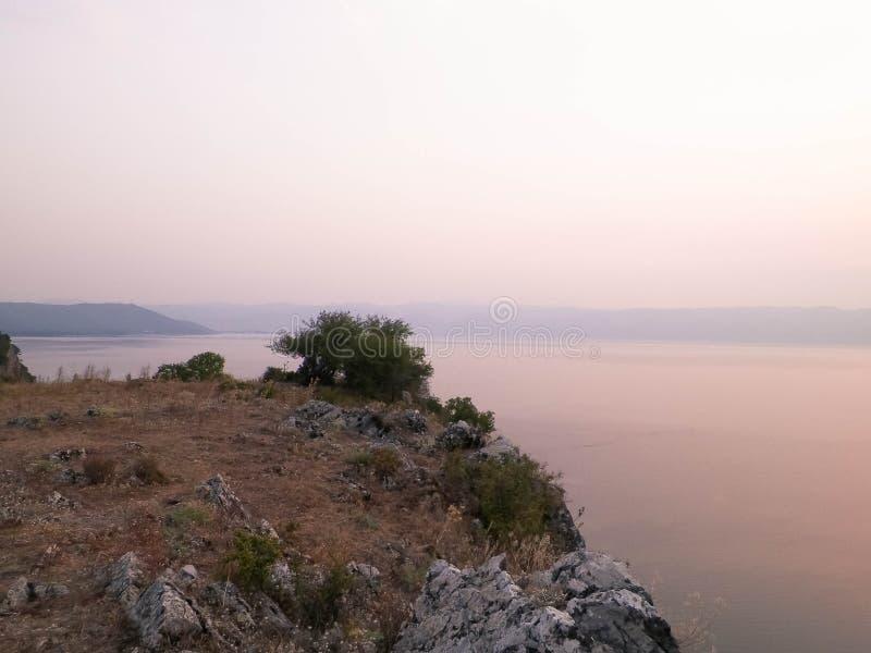 Piękny zmierzch nad Jeziornym Ochrid macedonia zdjęcia stock