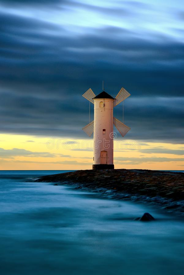 Piękny zmierzch nad kształtującą latarnią morską Swinoujscie, Polska zdjęcia stock