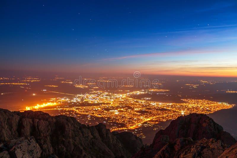 Piękny zmierzch nad miastem, sceniczny panoramiczny widok zdjęcie stock