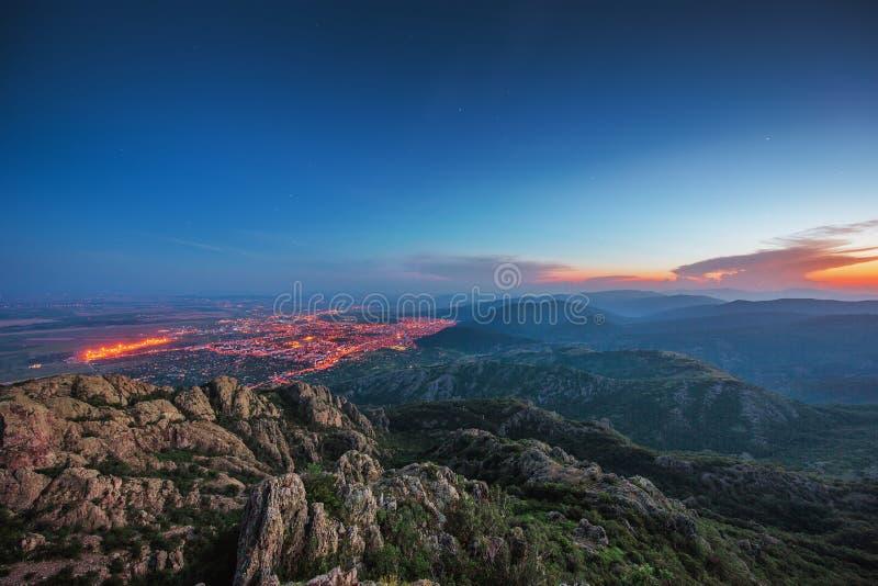 Piękny zmierzch nad miastem, sceniczny panoramiczny widok obrazy royalty free
