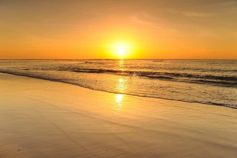 Piękny zmierzch nad morze na plaży obraz royalty free