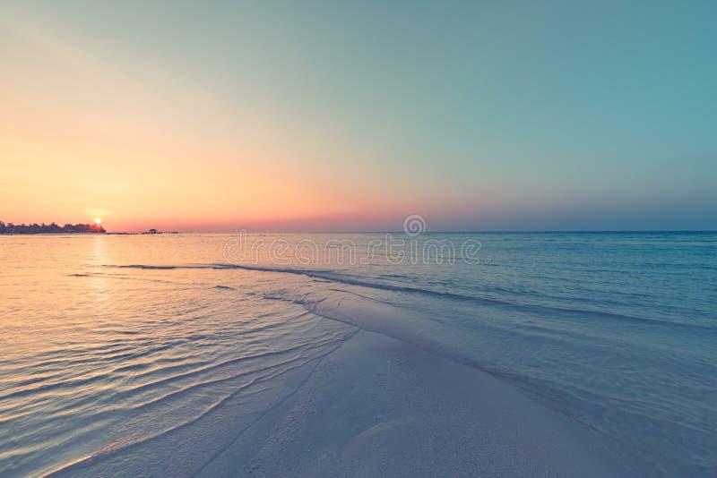 Piękny zmierzch nad morzem, miękcy pastelowi kolory, artystyczny krajobrazowy widok zdjęcia stock