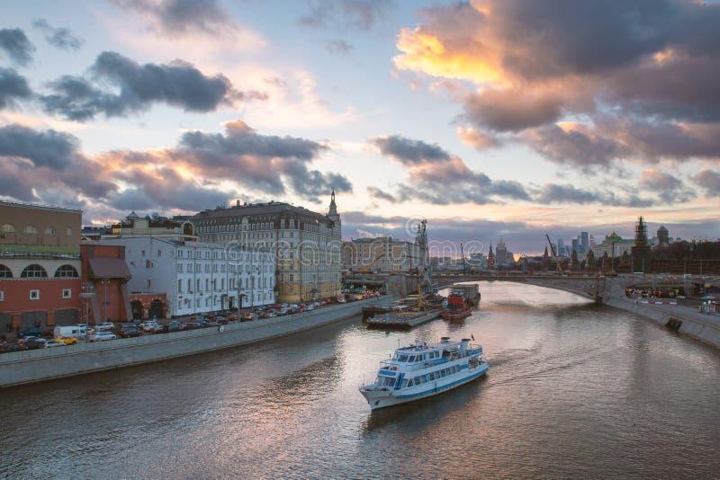 Piękny zmierzch nad Moskva rzeką i turystyczny boatBeautiful zmierzch nad Moskva rzeką i turystyczną łodzią zdjęcia royalty free