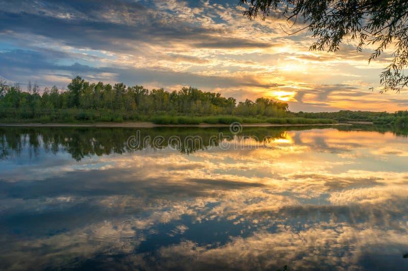Piękny zmierzch natury krajobraz z spokojną rzeką i malowniczymi chmurami fotografia stock