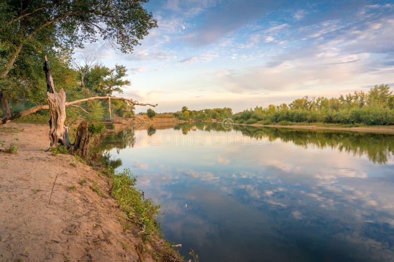 Piękny zmierzch natury krajobraz z spokojną rzeką i malowniczymi chmurami zdjęcie stock