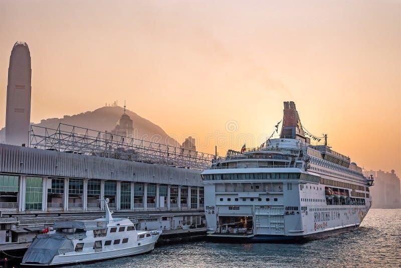 Piękny zmierzch przy oceanu śmiertelnie pokładem, schronienia miasto zdjęcia royalty free