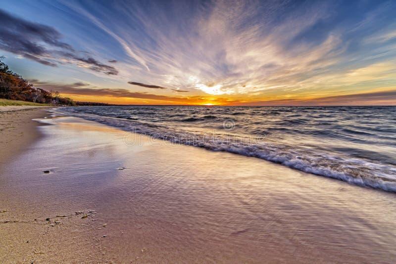 Piękny zmierzch przy Portową Austin plażą w Michigan zdjęcia royalty free