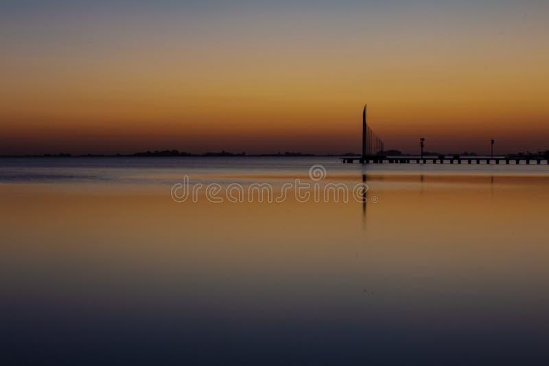 Piękny zmierzch w lagunie Spokojna woda symuluje lustro zdjęcie royalty free