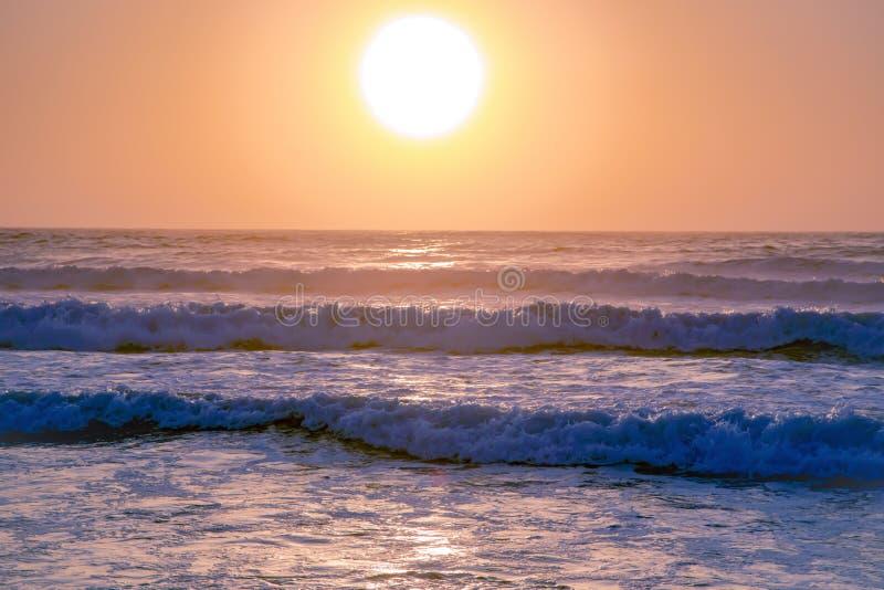 Piękny zmierzch w menchiach tonuje nad Atlantyckim oceanem zdjęcie stock