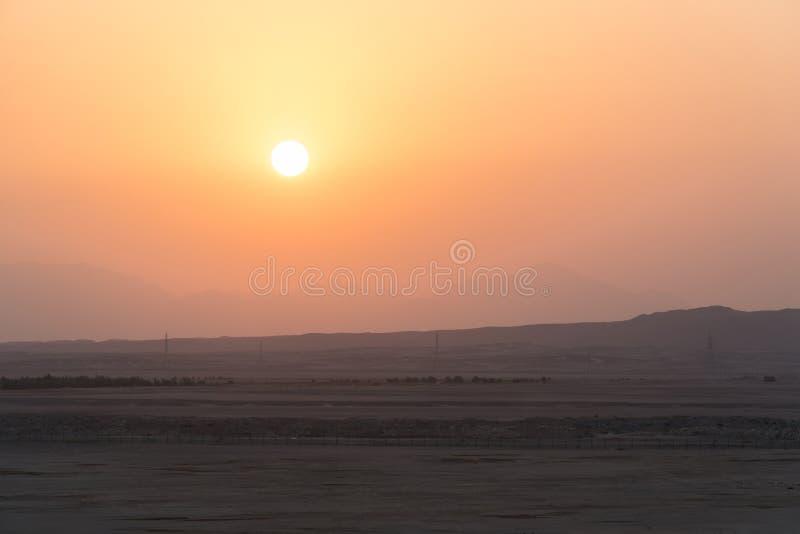 Piękny zmierzch w pustyni W tle góry są widoczne fotografia stock